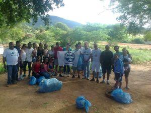Ativistas do MODERA e funcionários da InterCement, após recolhimento de lixo no entorno da Nascente Olhos D'Água.